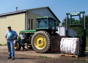 BIG FOOT BALER DEMO, COOPERSTOWN HOLSTEIN, 2006: DENNIS SUTTON SPEAKING